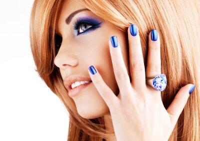 Obraz Portrét krásné ženy s modrýma nehty, modrá make-up