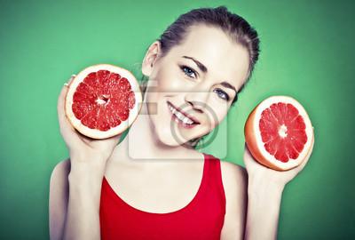 Portrét mladé atraktivní žena s grapefruit