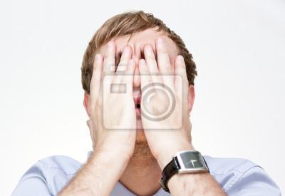 Portrét podnikatel pokrývající tvář rukama