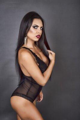 Obraz Portrét smyslné brunetka žena pózuje v sexy černé Linger
