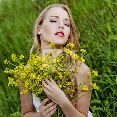 Portrét smyslné dívky s květinami
