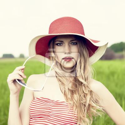 Portrét smyslné dívky v klobouku
