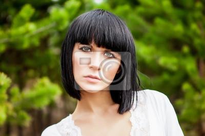 Portrét smyslné dívky v lese