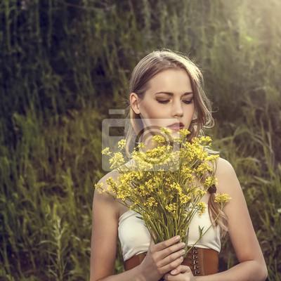 Portrét smyslné dívky v lese.