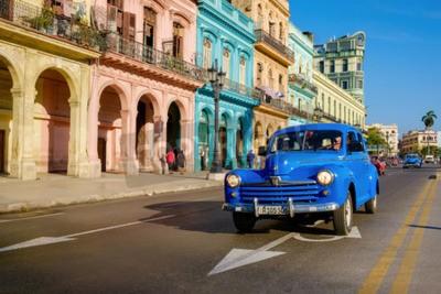 Obraz Pouliční scéna se starým autem a barevné stavby ve Staré Havaně