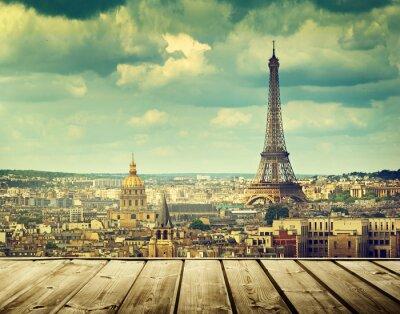 Obraz pozadí s dřevěnou palubou stůl a Eiffelova věž v Paříži