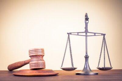Obraz Právo váhy, soudce palička na stole. Symbol spravedlnosti