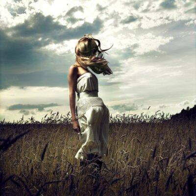 Obraz Přejít ženy v pšeničném poli