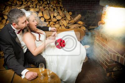 Překvapen, mladý pár, sedí v přední části kouření krbu