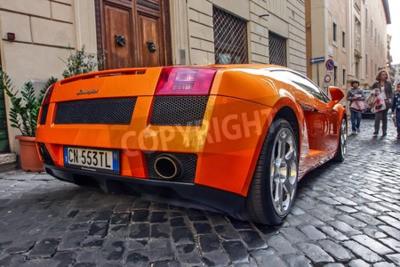 Obraz Řím 23. října 2010: Lamborgini je zaparkována na dlážděné ulici.