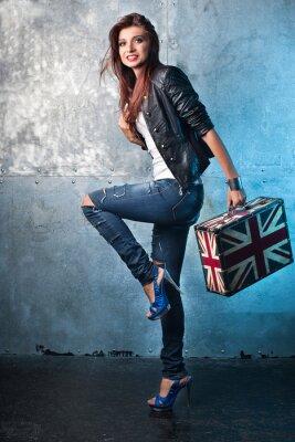 Obraz Rock mladá žena s kufrem s britskou vlajkou