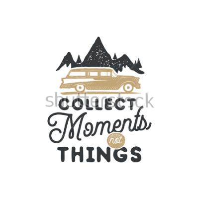 Obraz Ročník obrázkového snímku odznak a znak. Turistická značka. Venkovní inspirativní logo pro dobrodružství. Typografický retro styl. Motivační citace - paměťujte momenty pro tisk, trička. Skladem