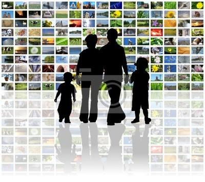 Obraz rodinné sledování televize na obrovské LCD panelu