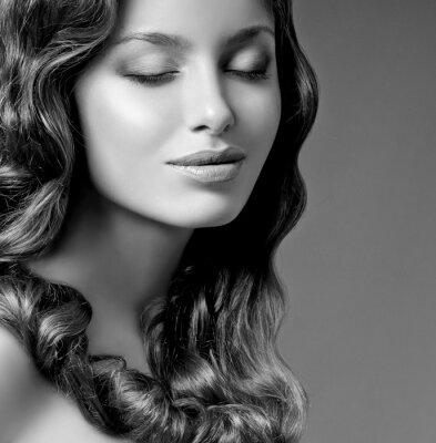 Obraz romantické bruneta s kudrnatými vlasy