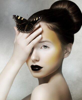 Obraz Romantické Žena držící Butterfly v ruce. Fantazie
