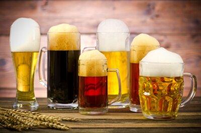 Obraz Rozmanitost sklenic piva na dřevěný stůl