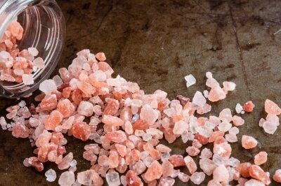 Obraz Rozptýlené himálajských solných krystalů růžové od skleněné láhve na rezavé kovové pozadí