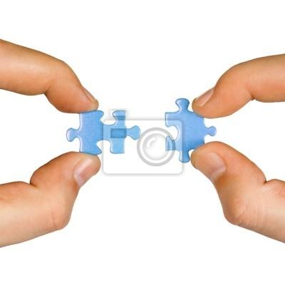 Ruce a puzzle, izolovaných na bílém pozadí