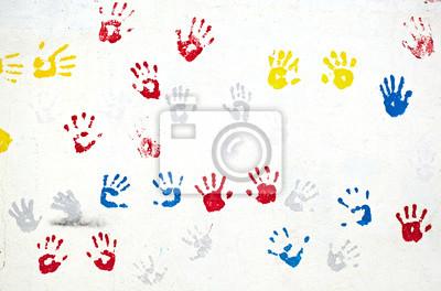 Ruce na bílou zeď