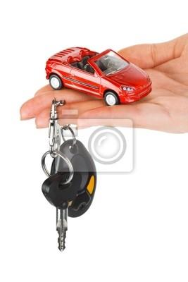 Ruka s klíči a auto