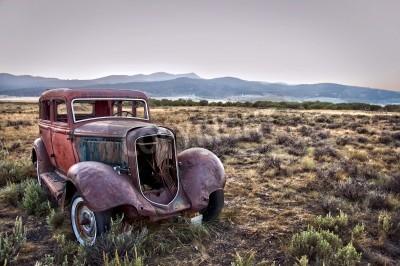 Obraz Rusty rozbitý vůz, opuštěný v přírodě