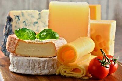 Obraz Různé druhy sýrů na kuchyňském stole