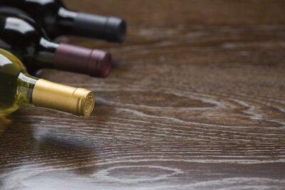 Obraz Různé láhve vína na reflexním povrchu dřeva Abstrakt