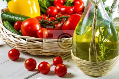 Různé složky čerstvým salátem