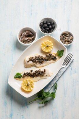Obraz rybí filé s černými olivami kapary a ančoviček