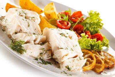 Obraz Rybí pokrm - vařené rybí filé, pečené brambory a zelenina