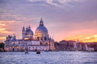 Santa Maria della Salute kostel na západu slunce, Benátky, Itálie
