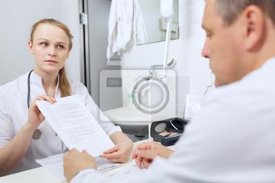 Sestra pro lékaře ukazuje výsledky analýz