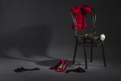 Obraz Sexy spodní prádlo, boty a bílé růže na retro židli.