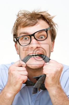 šílený obchodník s kravatou v ústech