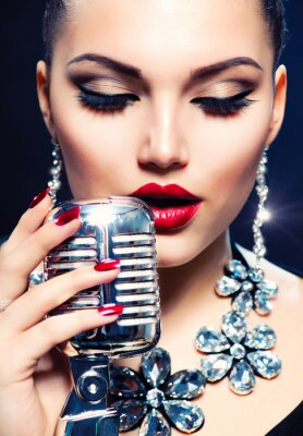 Obraz Singer Žena s Retro mikrofon. Vintage Style