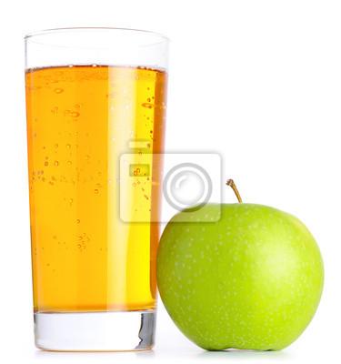sklenice jablečné šťávy a zelených jablek na bílém