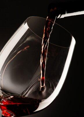 Obraz sklo s červeným vínem na tmavém pozadí