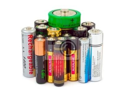 Skupina baterií izolovaných na bílém pozadí