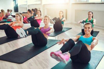 Obraz Skupina mladých žen dělá cvičení na abs