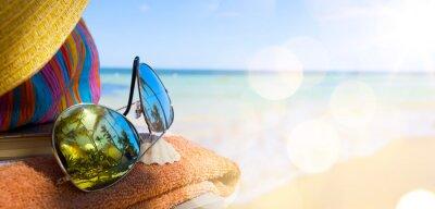 Obraz Slaměný klobouk, taška a sluneční brýle na tropické pláži