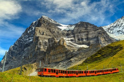 Obraz Slavný elektrické červená turistický vláček sestupuje od Jungfraujoch stanice (horní Evropy) v Kleine Scheidegg, Berner Oberland, Švýcarsko, Evropa
