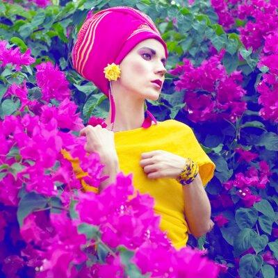 Obraz smyslné orientální dívka v květiny