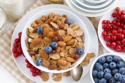 Obraz Snídaně s obilovin vločky, ořechy a bobule, pohled shora