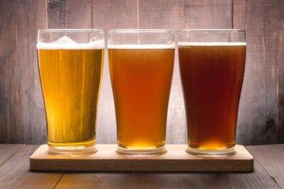 Obraz Sortiment pivní sklenice na dřevěném stole