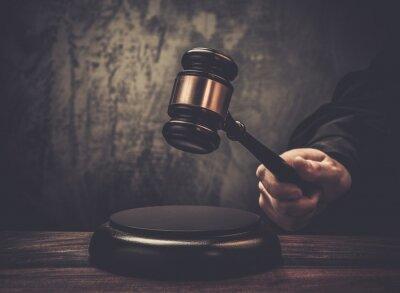 Obraz Soudce držet kladivo na dřevěný stůl