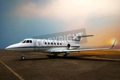 Obraz Soukromé tryskové letadlo na letišti. S pozadím západu slunce