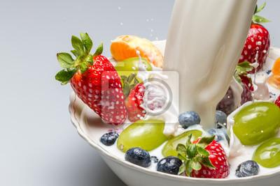 Splash mléka tlačí čerstvé ovoce z misky