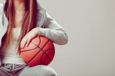 Obraz Sportovní dospívající dívka v kapuci, držení basketbal.