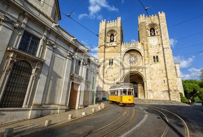 Stará tramvaj v přední části chrámu v portugalském Lisabonu