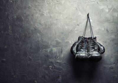 Obraz staré boxerské rukavice visí na hřebíku na zdi textury